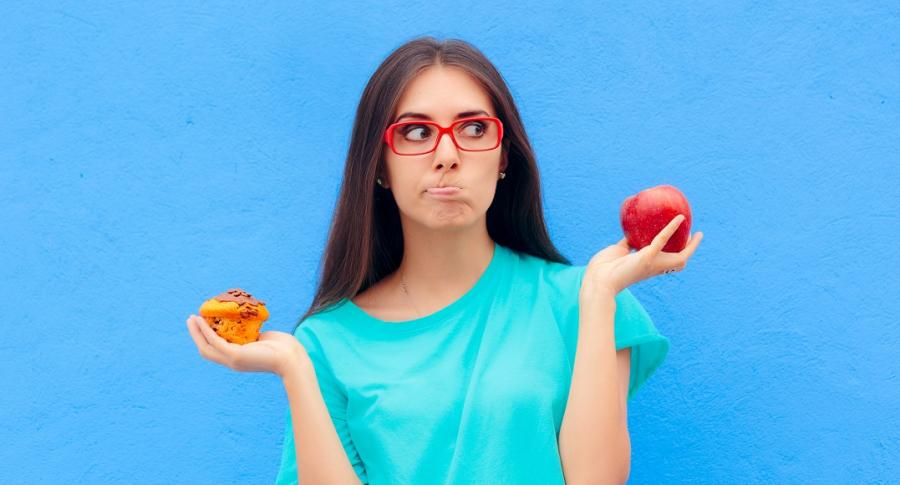 Mujer escogiendo comida, dieta
