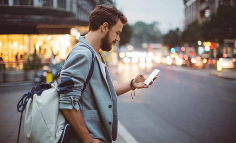 Hombre mirando su celular