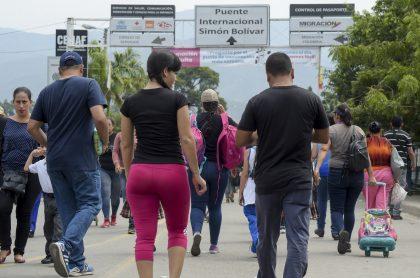 Migrantes en el puente internacional Simón Bolívar