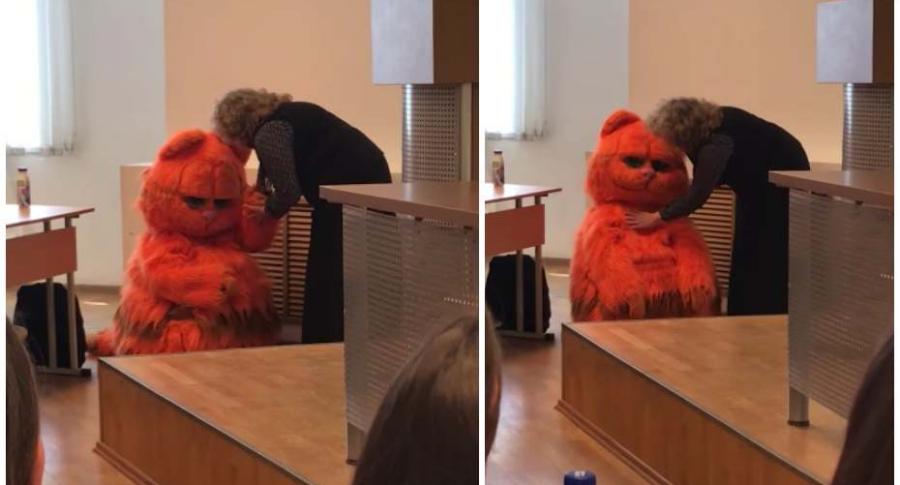 Estudiante disfrazado de Garfield.