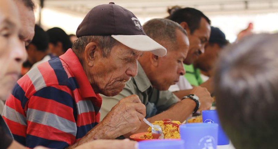 Anciano comiendo