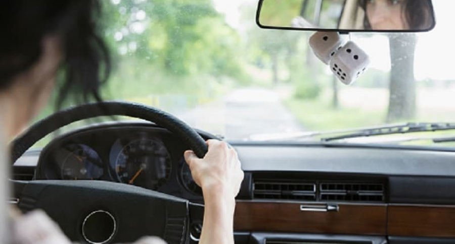 Mujer carro, retrovisor