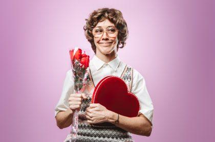 Mujer con flores y chocolates