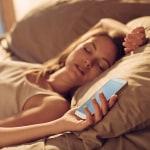 Persona durmiendo con su celular