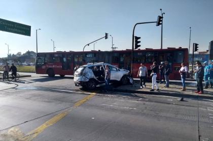 Accidente de camioneta contra buses de Transmilenio