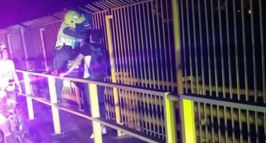 Momento en el que policías frustran un suicidio