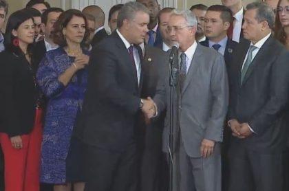 Duque estrechando mano de Uribe