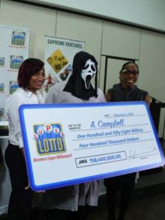 Hombre recoge premio de lotería con máscara.