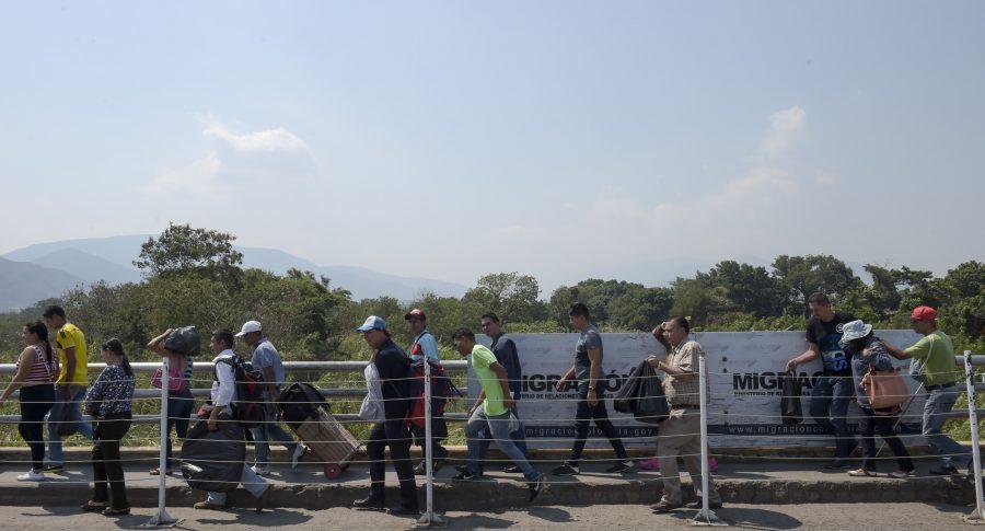 Migrantes atraviesan el puente internacional Simón Bolívar