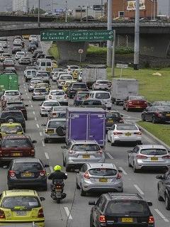 Choque entre tres carros tiene paralizada la movilidad en la Autonorte de Bogotá