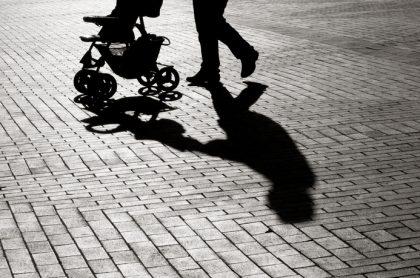 Sombra de hombre con un coche
