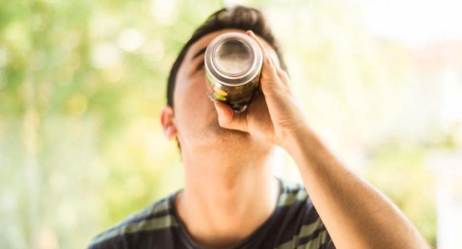 Joven tomando una bebida.