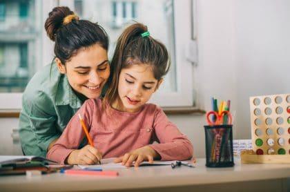 niña estudiando con su mama colegio educacion