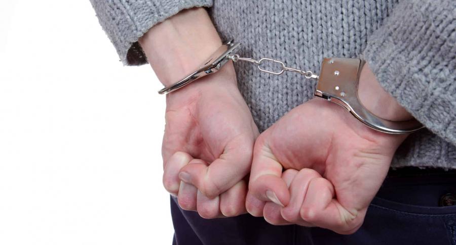 Mujer detenida con esposas