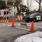 Policías custorian el área del tiroteo, en Illinois