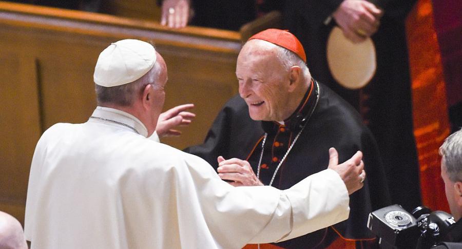Theodore McCarrick (Der.) saluda al papa Francisco en Washington, DC.