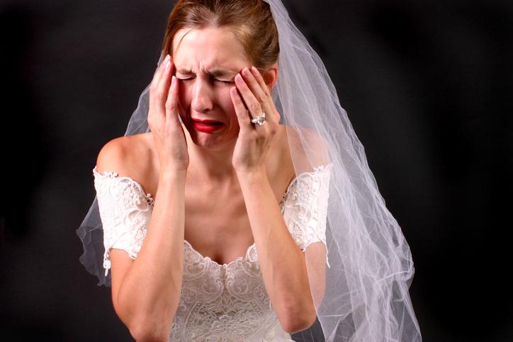 Mujer triste vestida de novia