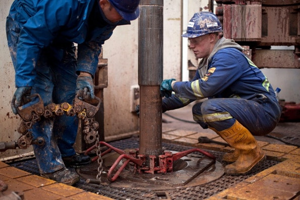 Fracking: Trbajadores de una perforadora petrolera.