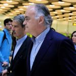 Esteban González Pons (c), a su llegada al aeropuerto Madrid-Barajas, después de que Venezuela expulsara este domingo a una misión de europarlamentarios.