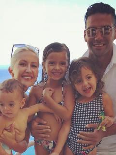 Falcao García, futbolista, con su esposa Lorelei Tarón, cantante, y sus hijas Dominique, Desirée y Annette.