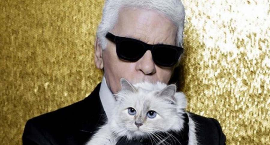 El diseñador Karl Lagerfeld con su gata.