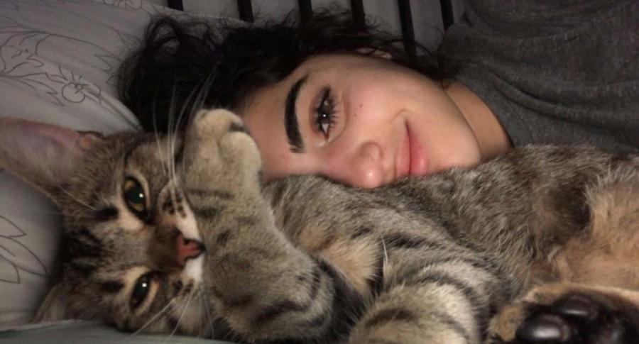 Joven viral por video con su gato.