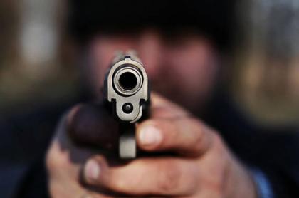 Hombre portando armas