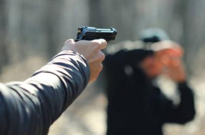 Hombre apuntando arma