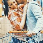 Pareja en supermercado.