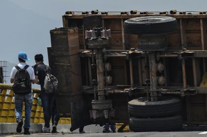 Vehículo bloqueando puente Las Tienditas