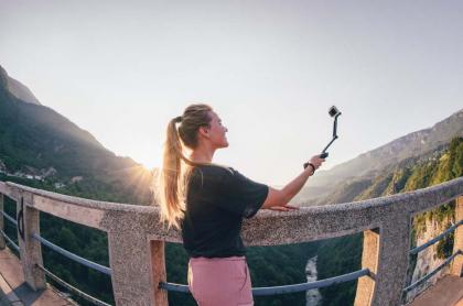 Mujer tomándose selfi.