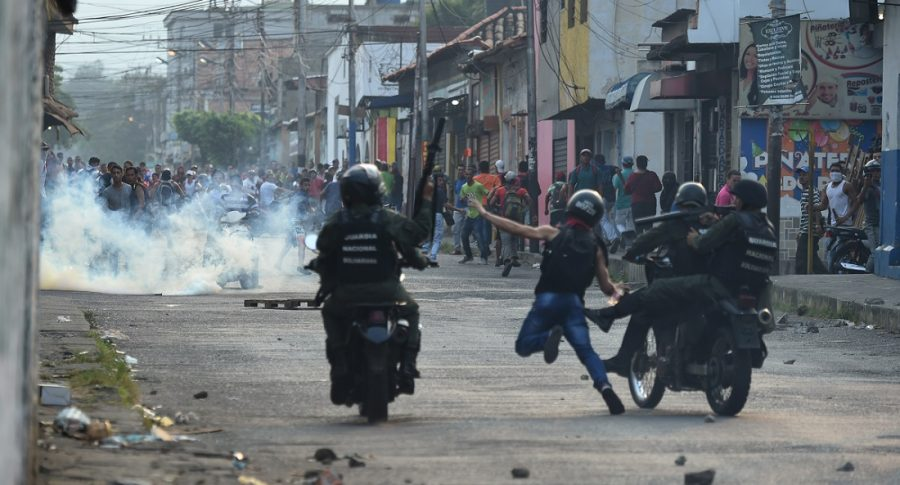 Guardia venezolana ataca a ciudadanos que intentaban pasar la frontera de Venezuela con Colombia.