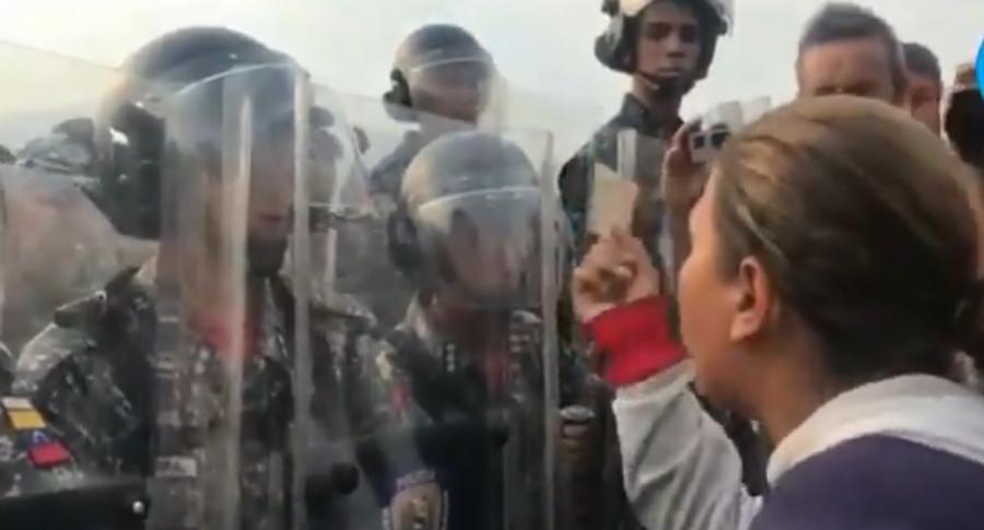 Mujer recrimina acción de la guardia venezolana en la frontera con Colombia.