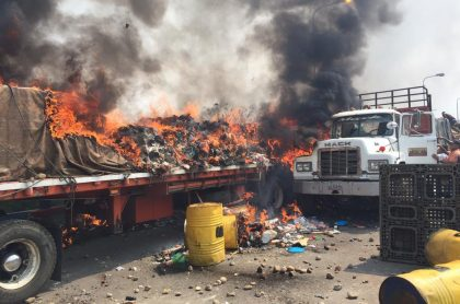 Camión con ayuda humanitaria quemado en la frontera