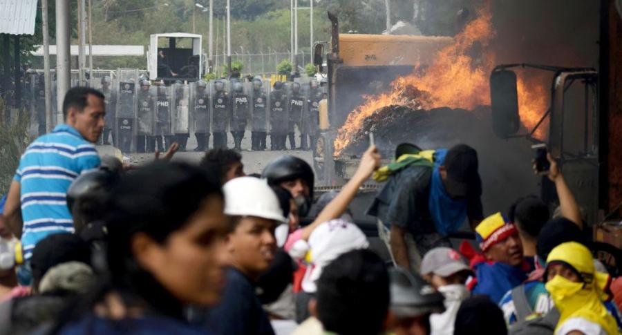 Camión en llamas en la frontera entre Colombia y Venezuela