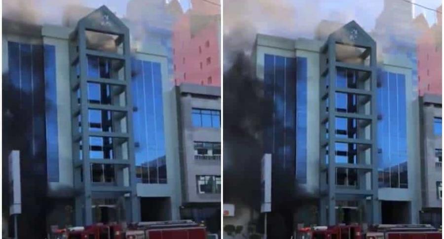 Incendio al lado de un edificio.