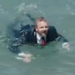 Hombre salta al mar.