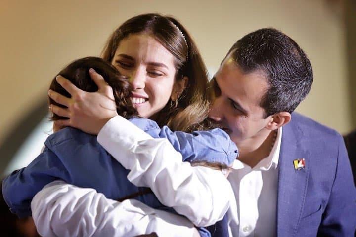Juan Guaidó, su esposa Fabiana Rosales y su hija.