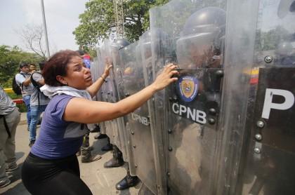 Venezolana confrontando a la  Guardia Bolivariana