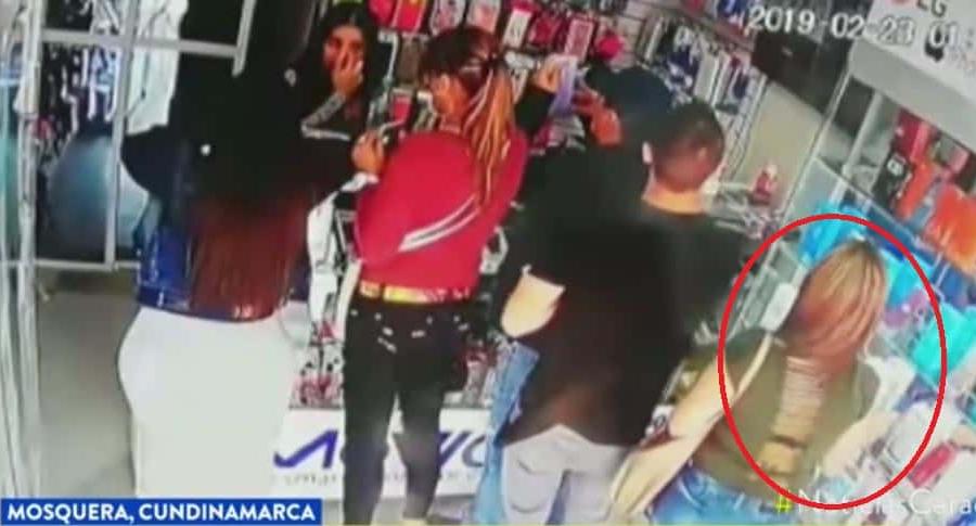 Ladrona roban en almacén de celulares