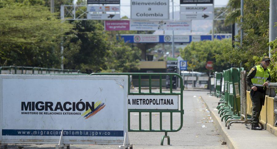 Un policía en el puente internacional Simón Bolívar