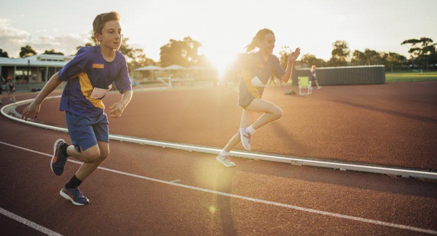 Dos niños entrenando atletismo