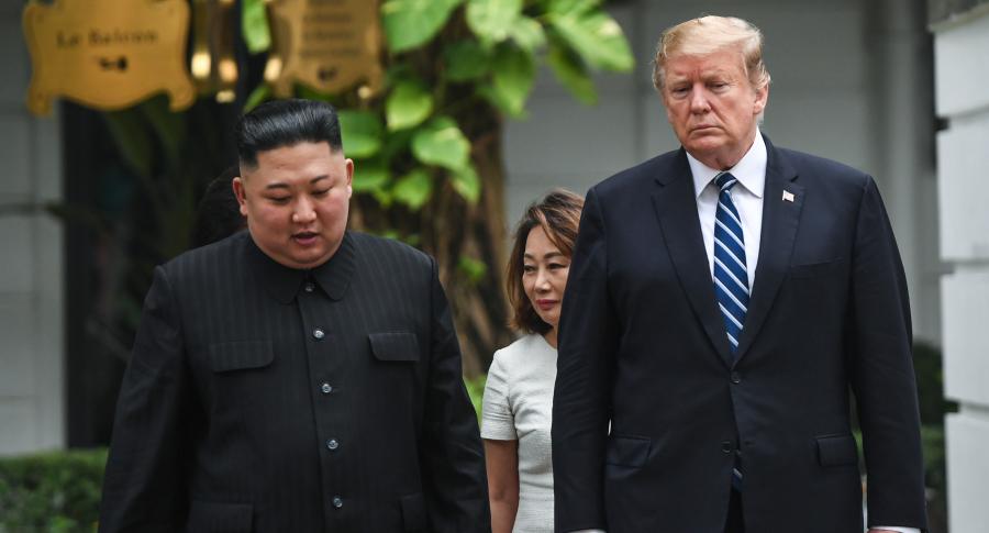 El líder de Corea Kim Jong-Un camina junto al presidente de EE. UU. Donald Trump