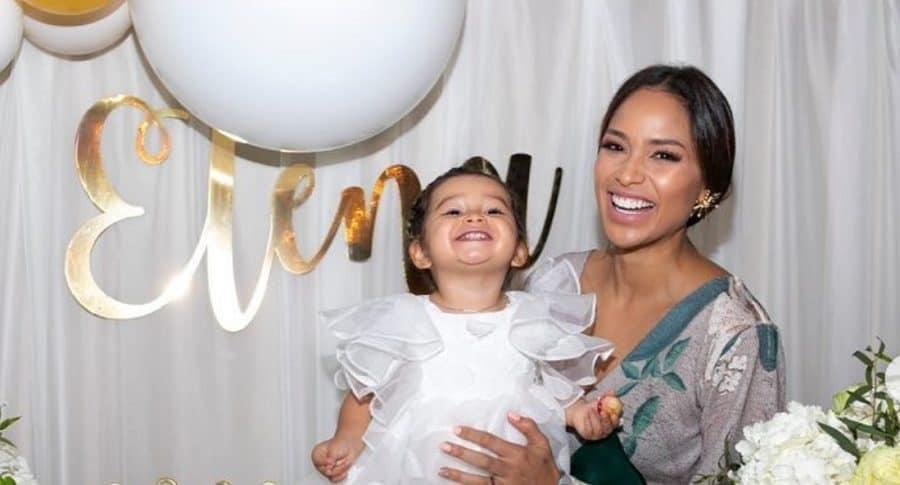 Andrea Tovar, exreina, con su hija Elena.