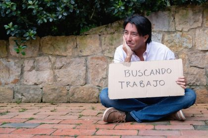 Hombre con cartel buscando trabajo
