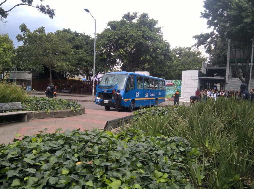 Bus SITP en medio de protestas.