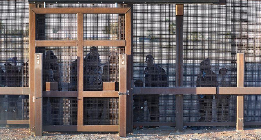 Migrantes en un paso fronterizo de El Paso, Texas.