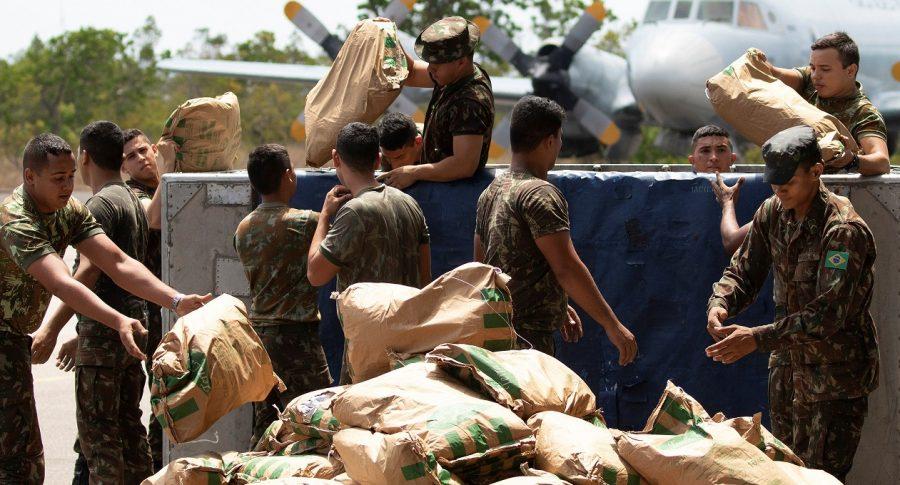 Soldados brasileños organizan un cargamento con ayuda humanitaria para Venezuela