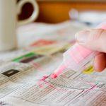 Persona buscando empleo en un diario