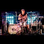 Travis Barker, de Blink-182, en concierto